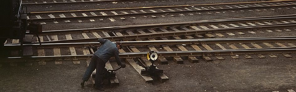 Jack Delano: Switchman throwing a switch at C & NW RR's Proviso yard, Chicago, Ill. (1943) (detail)